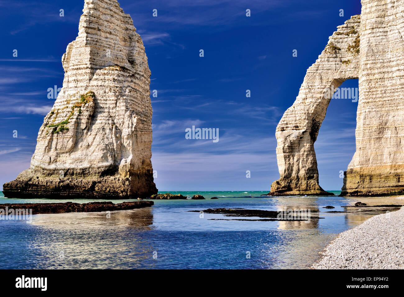 France, Normandie: Roches et des arcs à l'orifice l'aval à la côte d'Etretát Photo Stock