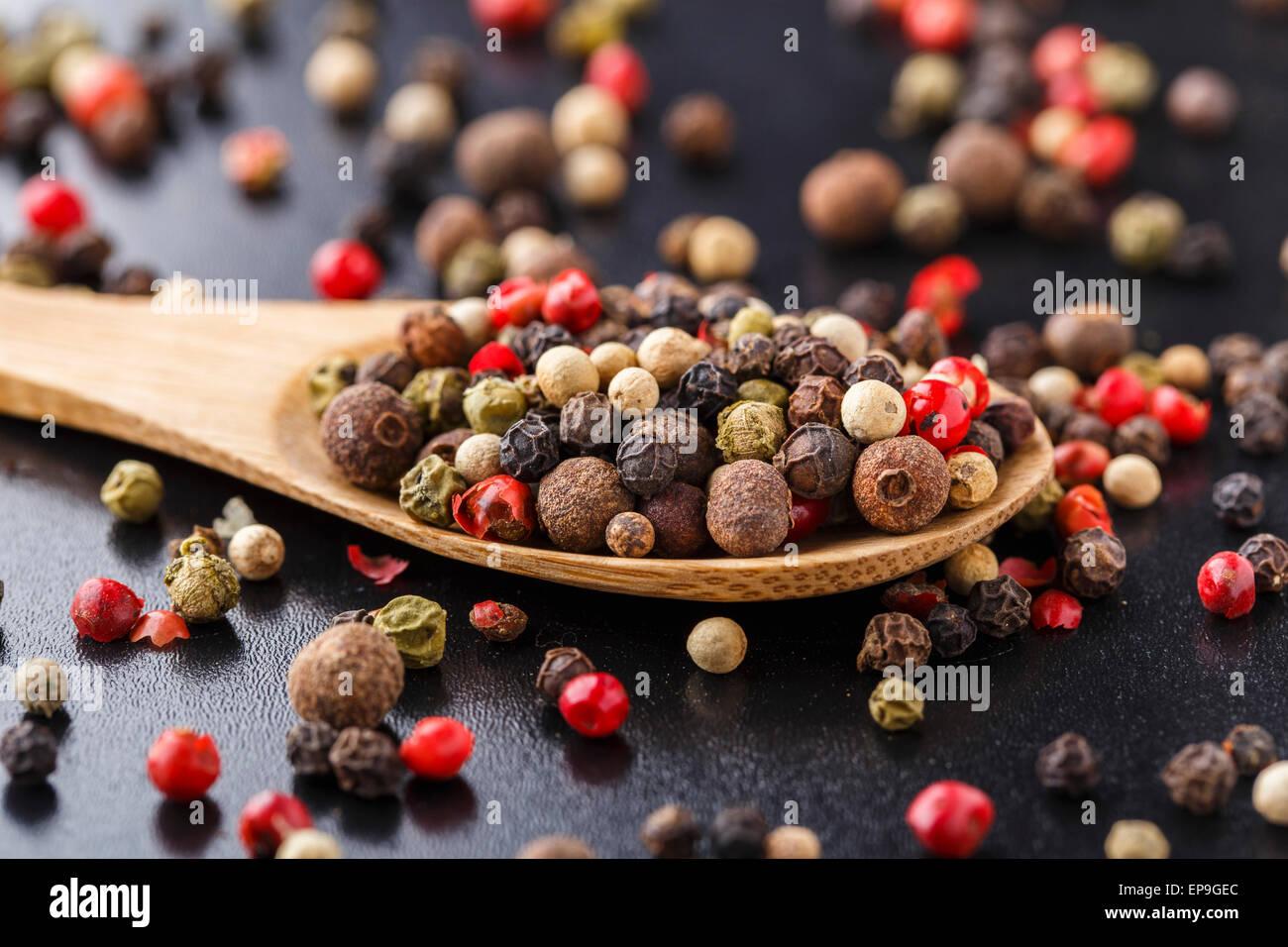 Mélange de poivrons sur une cuillère en bois Photo Stock