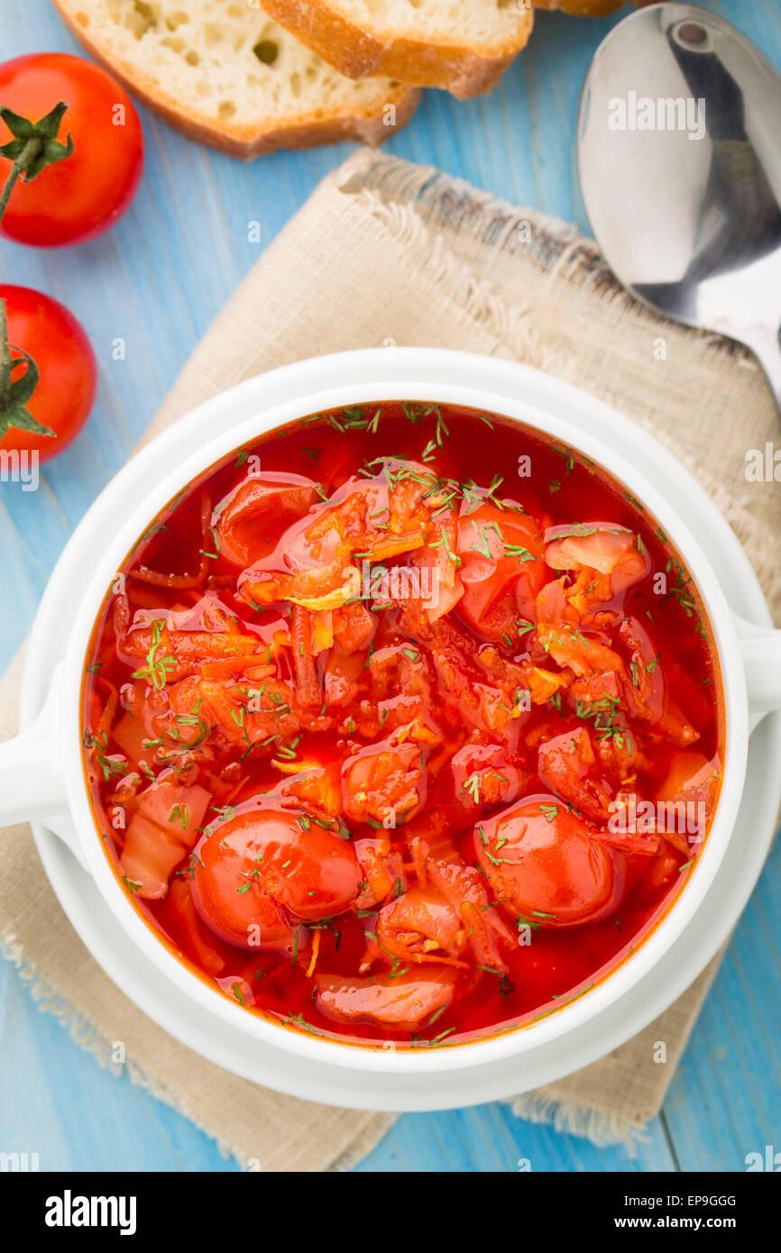 Soupe de légumes faite de tomates cerise, carotte, pomme de terre, le chou dans un bol Photo Stock