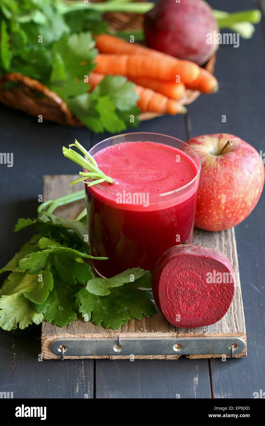 Jus de Betteraves rouges avec apple,carotte et céleri Banque D'Images