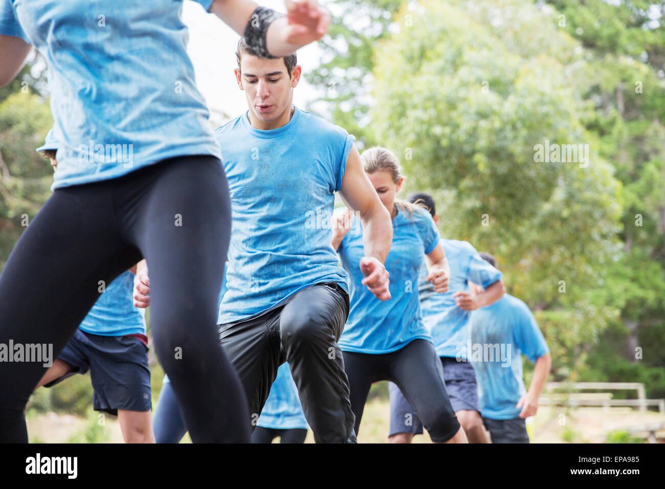 Détermination homme course à obstacles boot camp Photo Stock