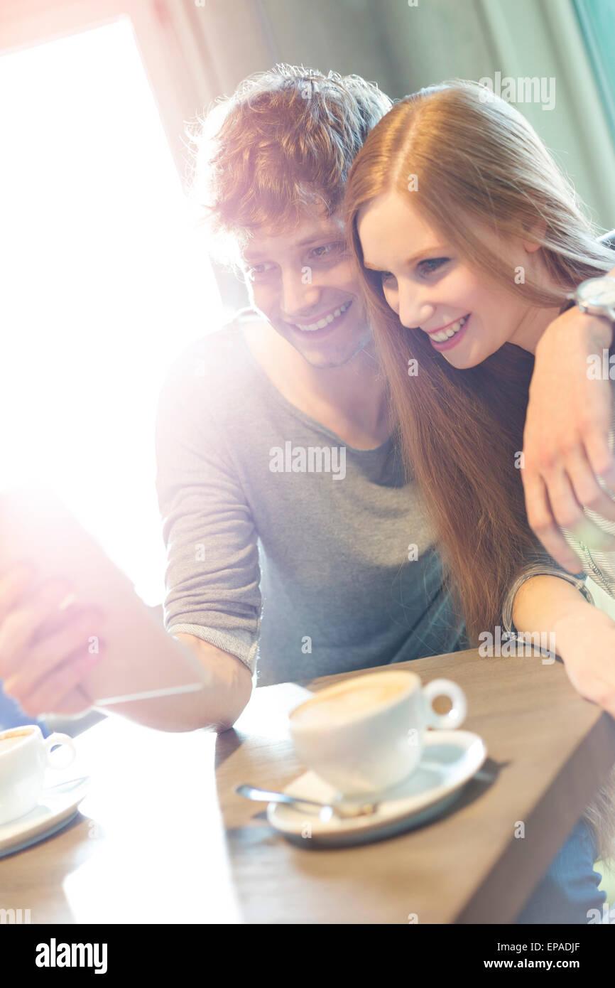 Couple hétérosexuel tablette numérique selfies cafe Photo Stock