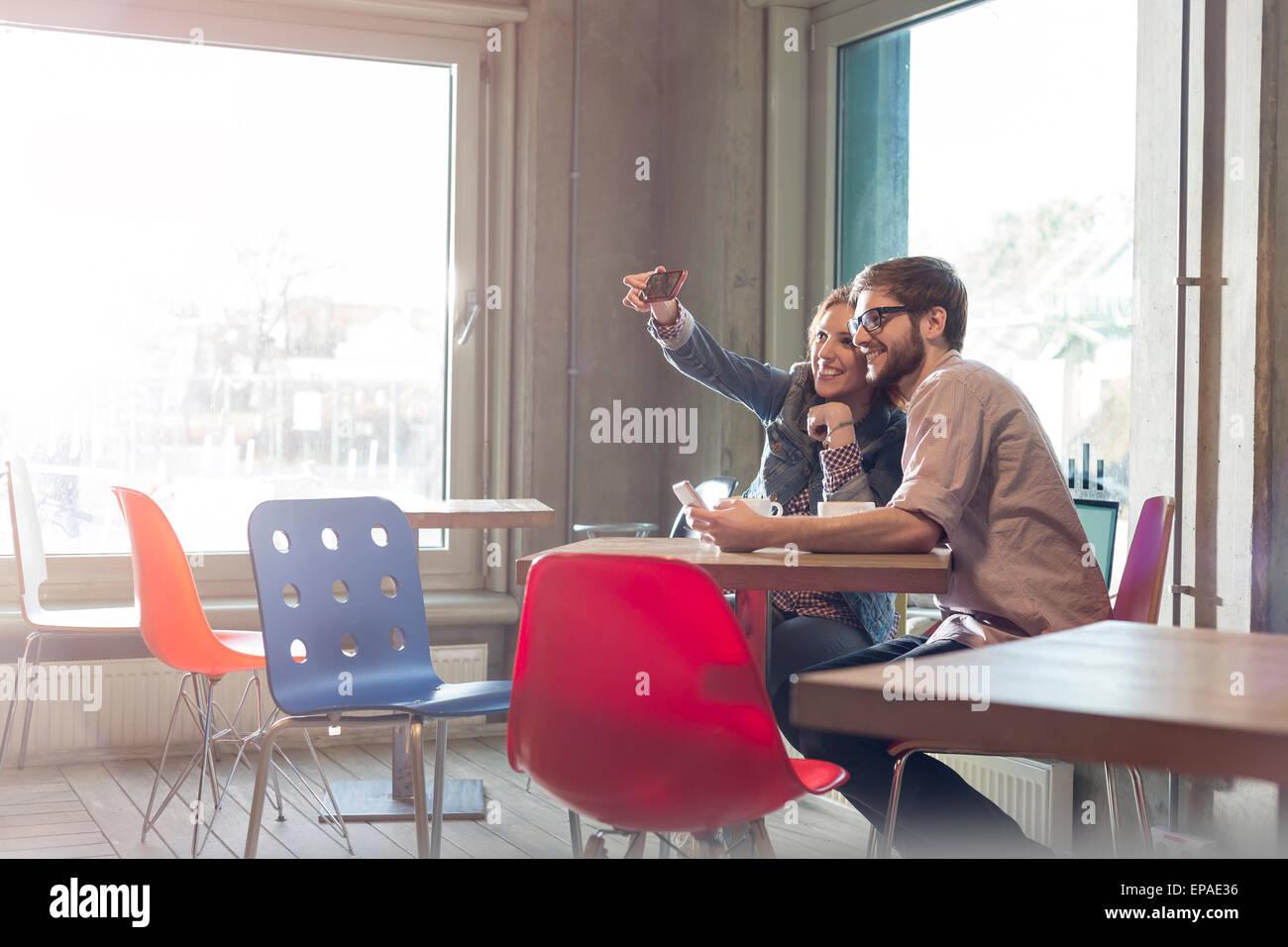 Couple hétérosexuel téléphone photo selfies cafe Photo Stock