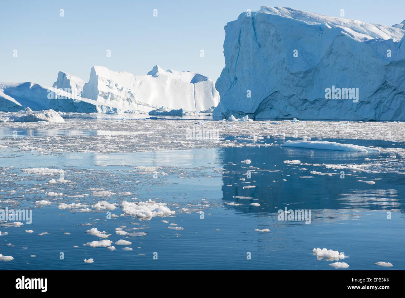 Beaux icebergs dans la baie de Disko Groenland ilulissat autour avec ciel bleu Photo Stock