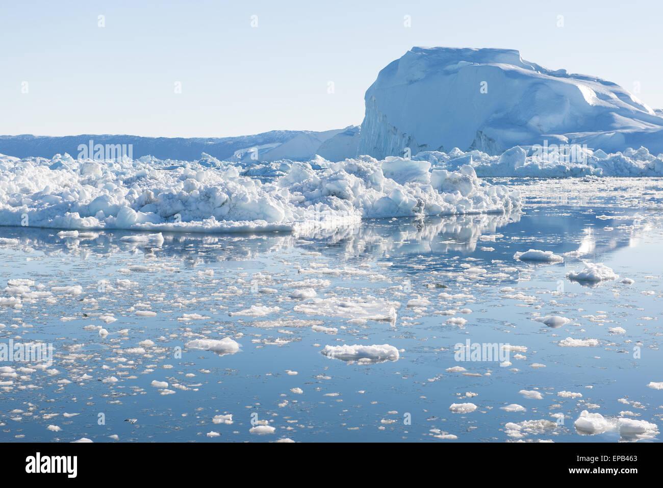 Beaux icebergs au Groenland avec ciel bleu Photo Stock