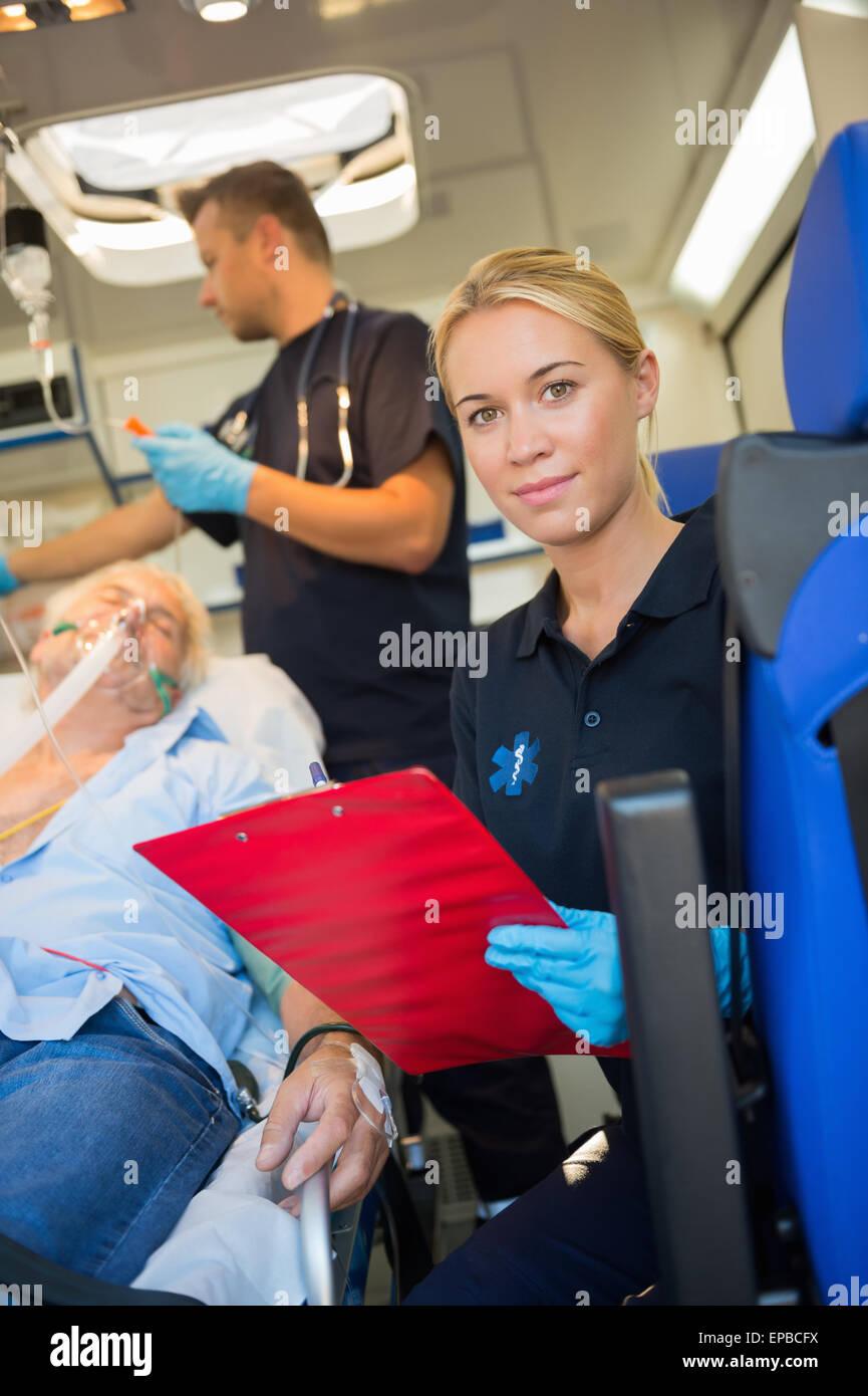 Aider un blessé paramédic en ambulance Photo Stock