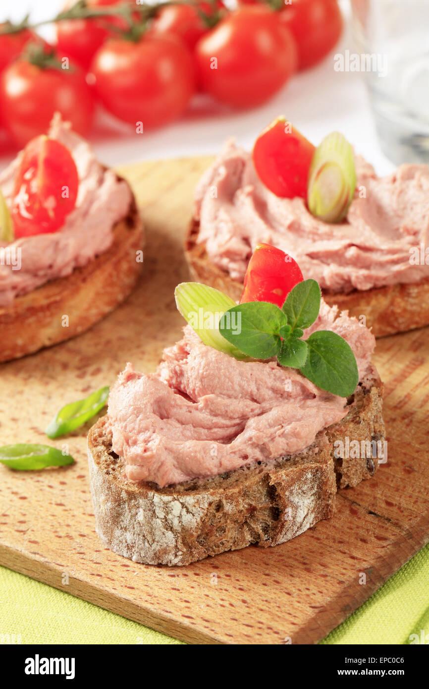 Tranches de pain avec la viande lisse propagation Photo Stock