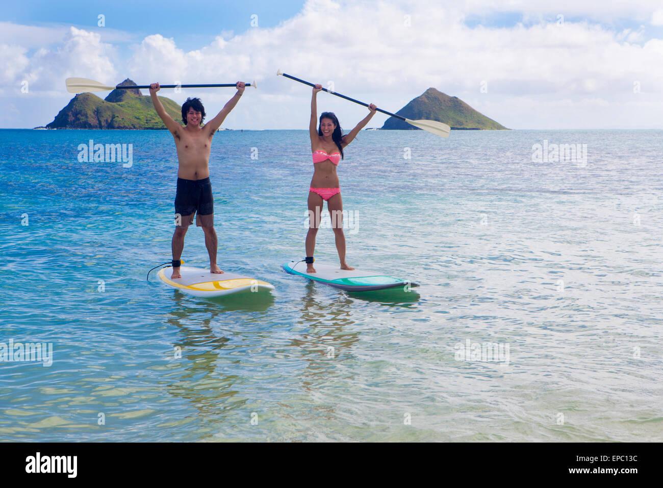 Couple japonais on stand up paddleboards à Hawaï Banque D'Images