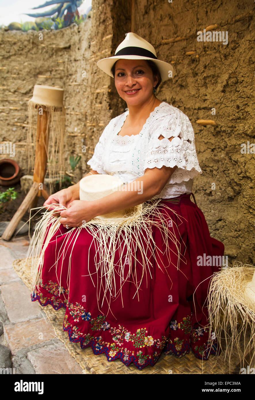 Femme tissant un chapeau de Panama à partir de paille toquilla Homero  Ortega au Panama Hat Factory 94ccd0162b9