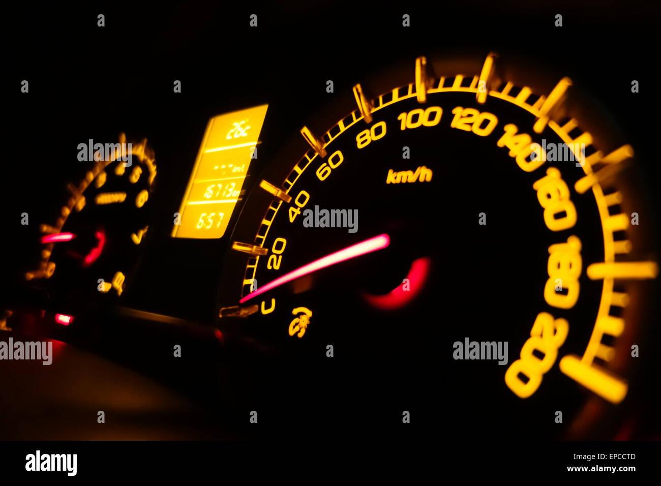 indicateur de vitesse tachym tre tableau de bord dans une voiture de nuit banque d 39 images. Black Bedroom Furniture Sets. Home Design Ideas