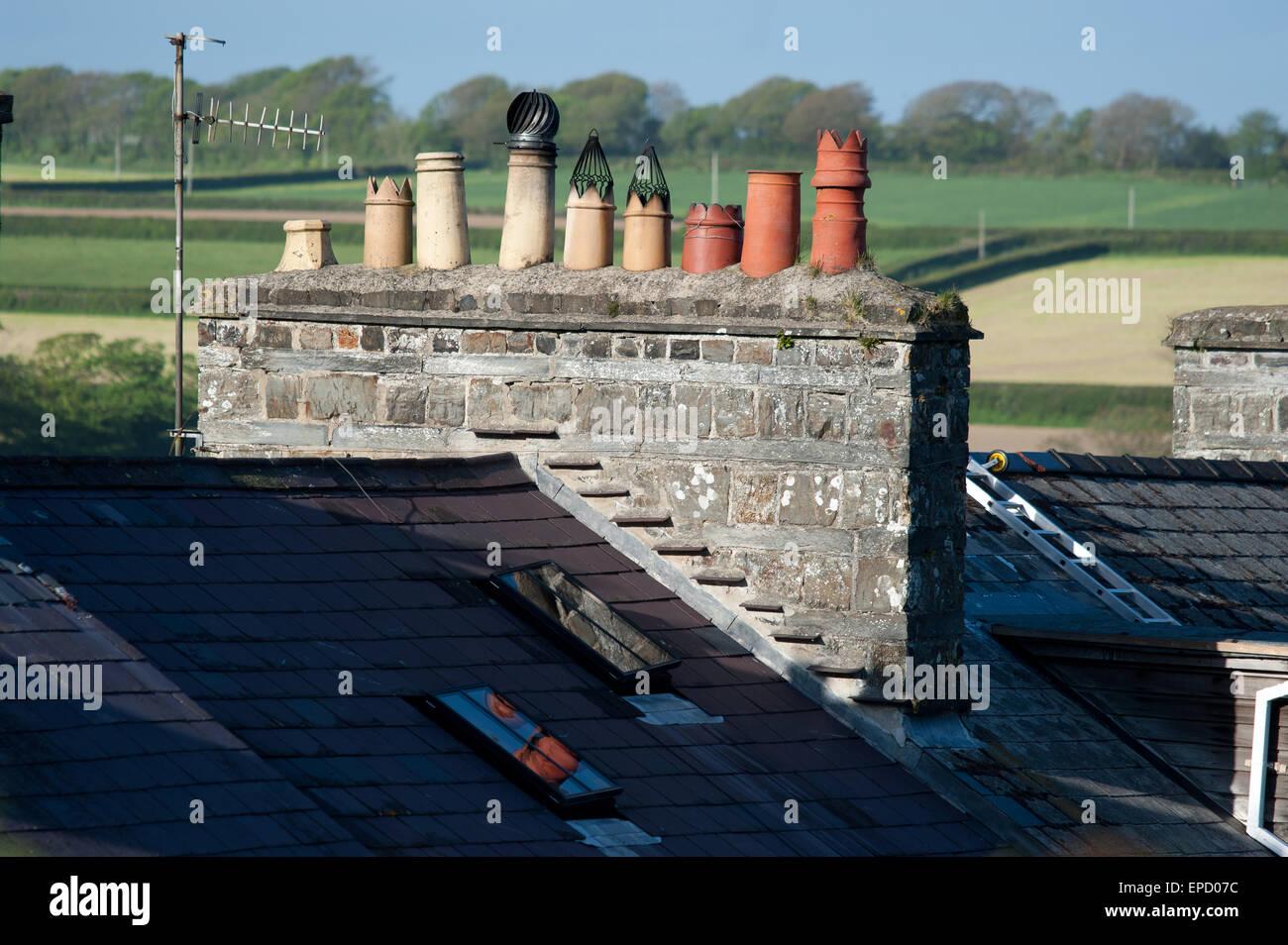 Rangée de pots de cheminée en pierre sur house, St Dogmaels Wales Photo Stock