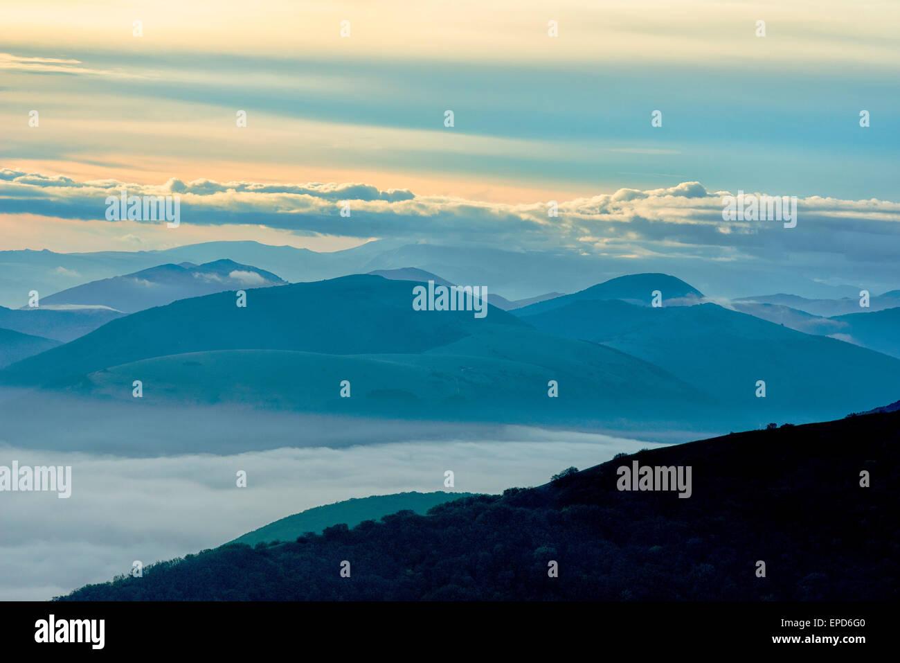 Silhouette de la montagne au lever du soleil, l'Apennin, Ombrie, Italie Photo Stock