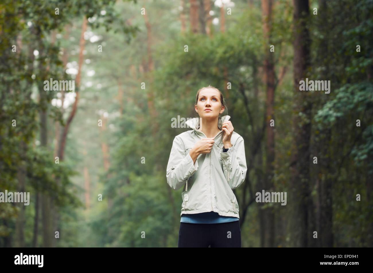 Remise en forme de vie sain femme sportive en marche tôt le matin dans la zone de forêt, un centre de Photo Stock