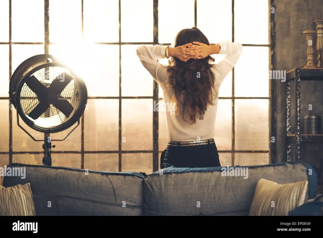 elegant brunette woman vu de dos appuy contre l 39 arri re d. Black Bedroom Furniture Sets. Home Design Ideas