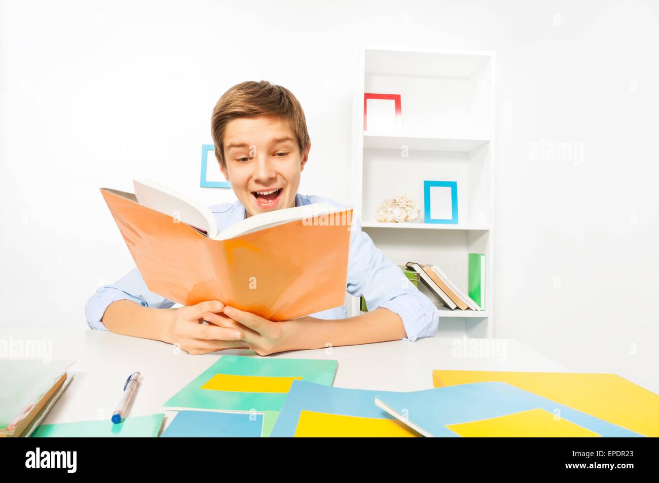 Beau Garcon Ado Lire Un Livre Assis A La Maison Banque D