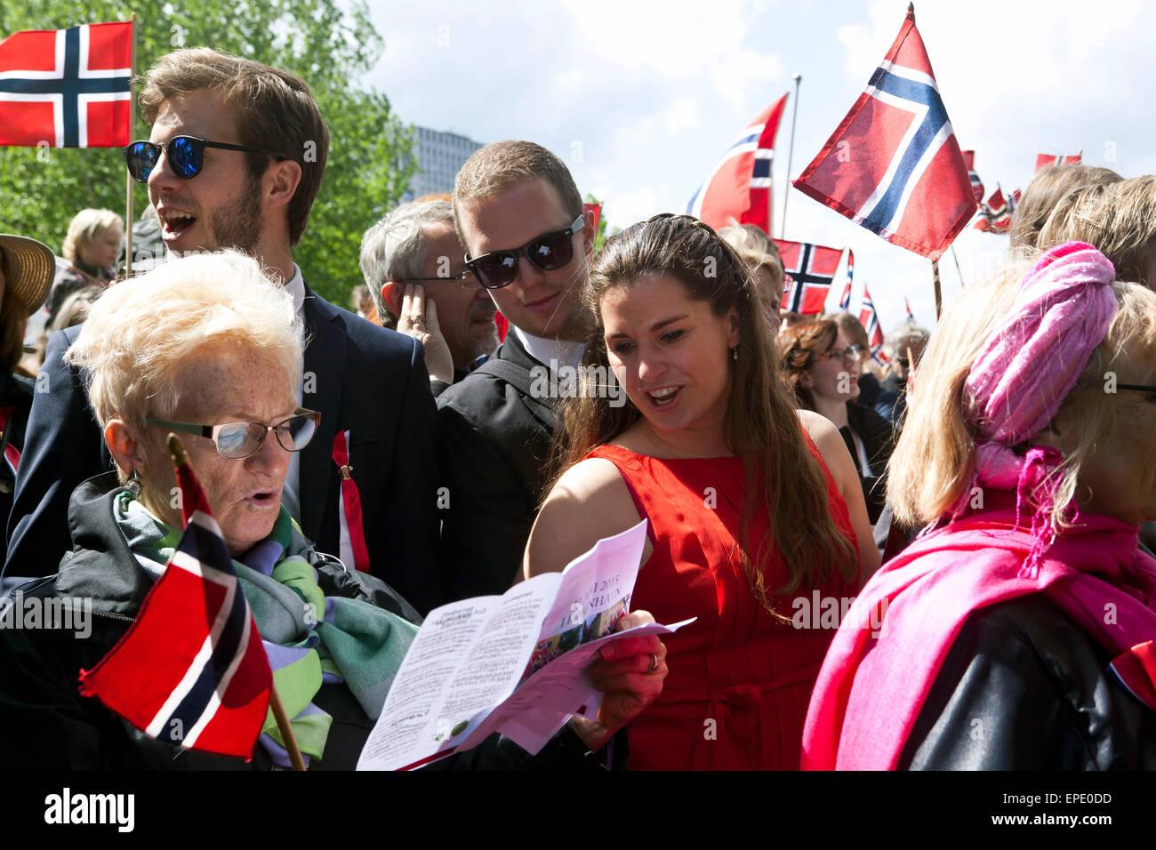 Copenhague, Danemark. 17 mai, 2015. Les gens célébrant la Fête Nationale de la Norvège chante Photo Stock