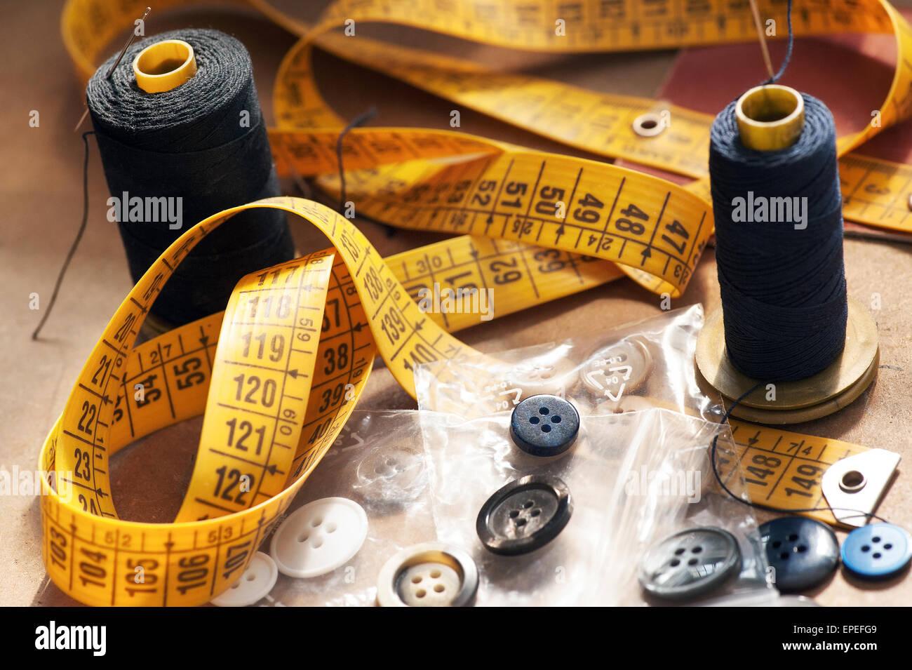 Les concepteurs de vêtements équipement avec un ruban à mesurer Photo Stock