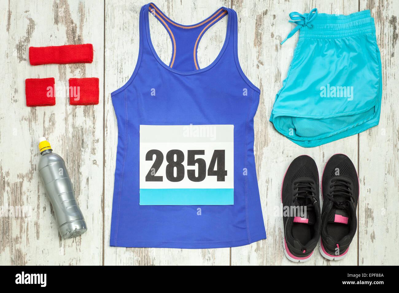 Bande de sportswear et d'équipement sur un plancher de bois vintage blanc Photo Stock