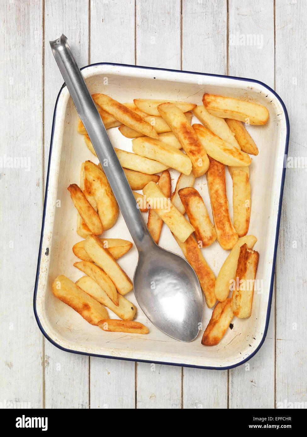 Les frites cuites dans un plat à four Photo Stock