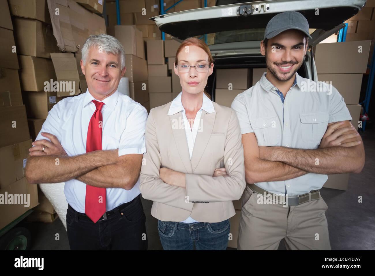 Les gestionnaires d'entrepôt et de livraison chauffeur smiling at camera Photo Stock