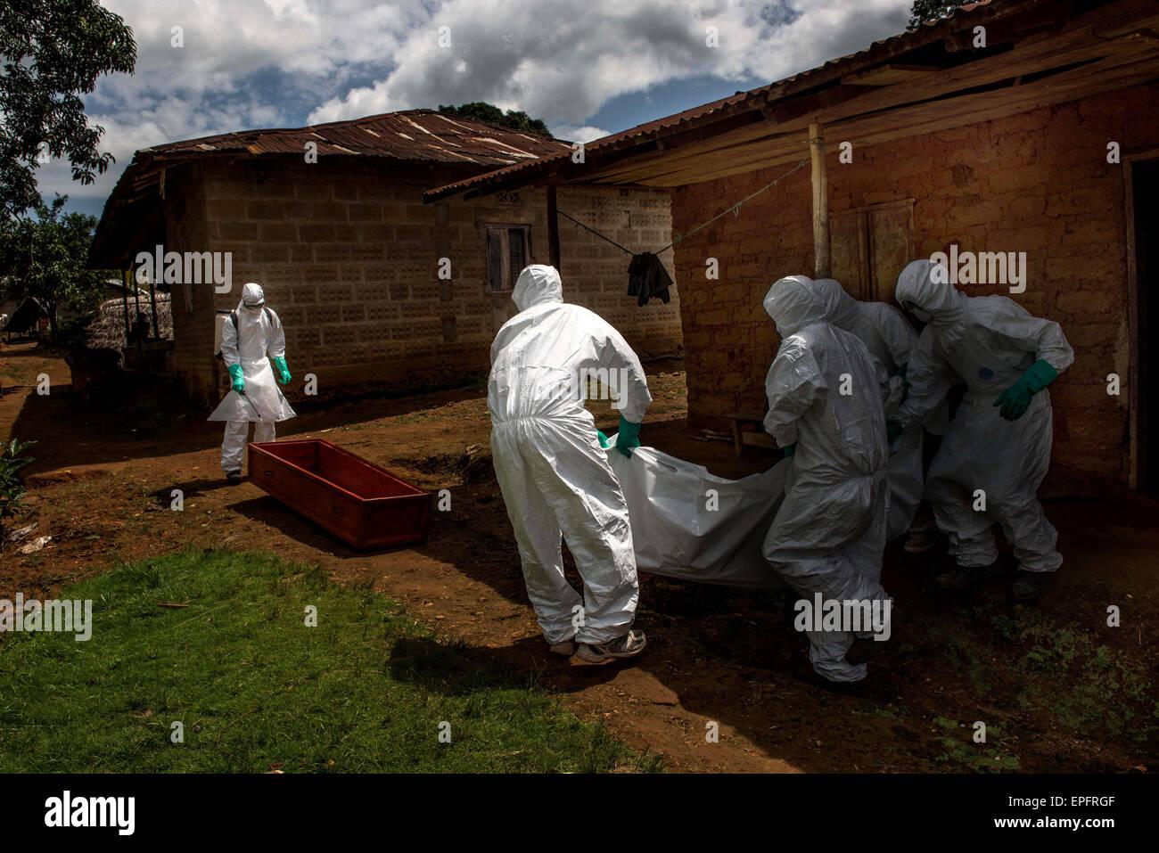 Les membres d'une équipe d'inhumation effectuer le corps d'une victime d'Ebola dans Luyama Photo Stock