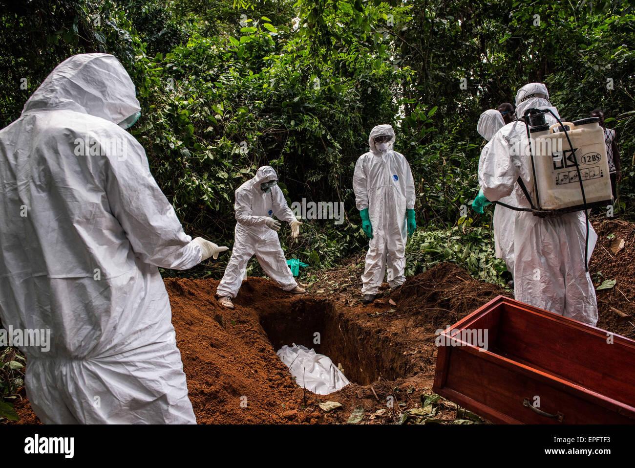 Un présumé victime d'Ebola est enterré dans la forêt à l'extérieur de Komende Photo Stock