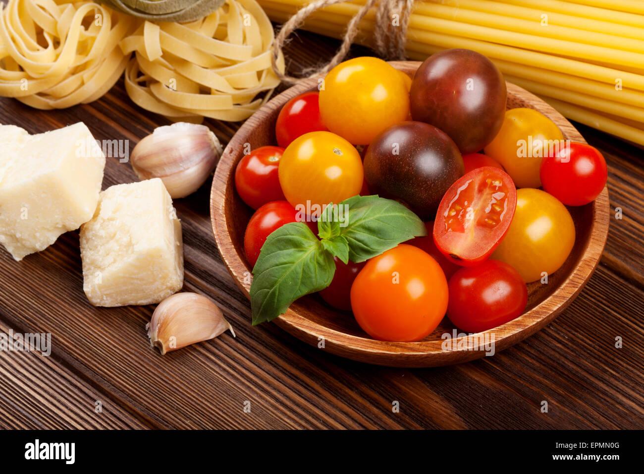Ingrédients de cuisine italienne. Pâtes, légumes, épices Photo Stock