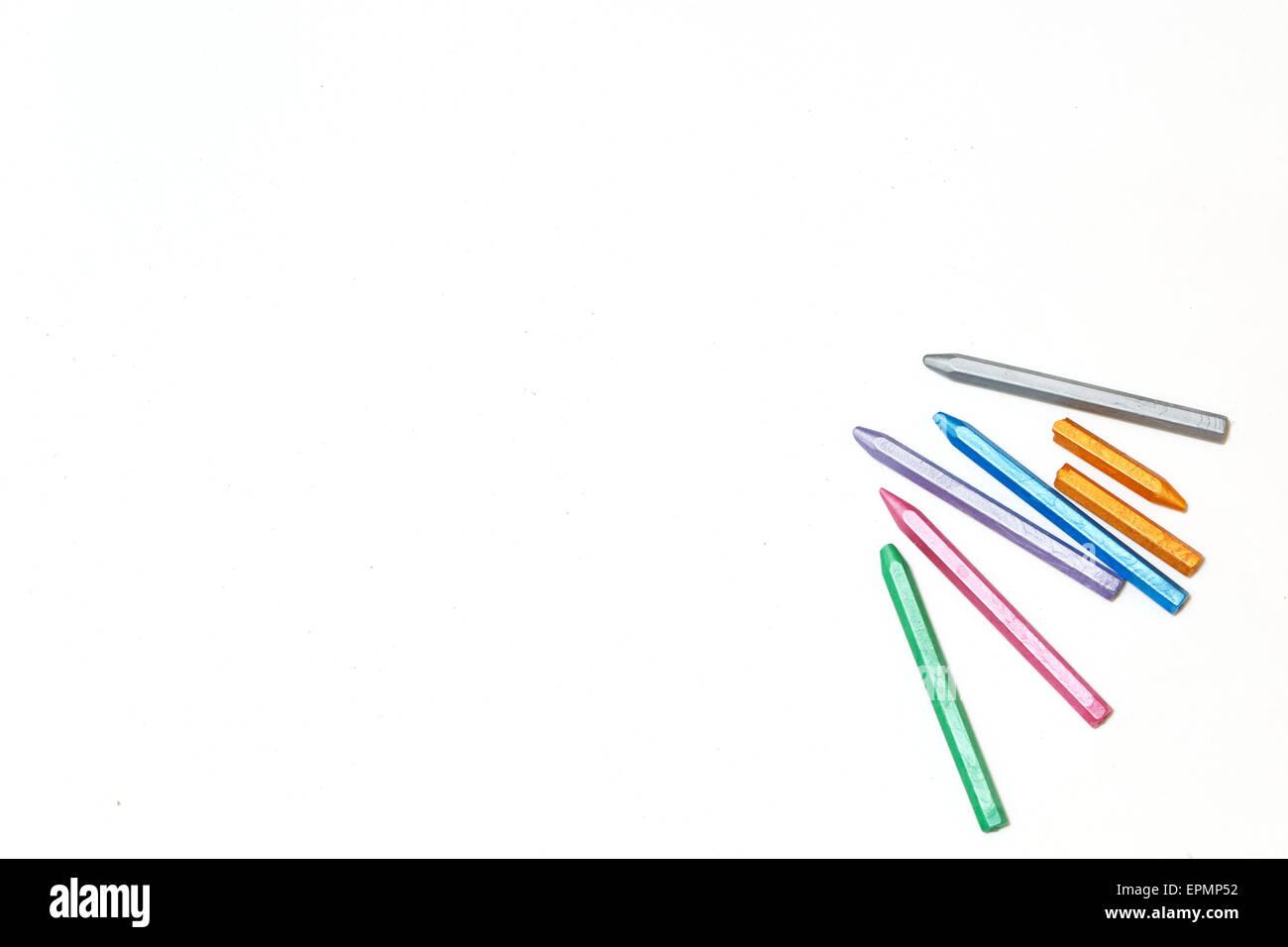 Crayons de couleur pastel sur une feuille de papier vierge. L'espace pour le texte. Le concept de design et de dessin. Banque D'Images