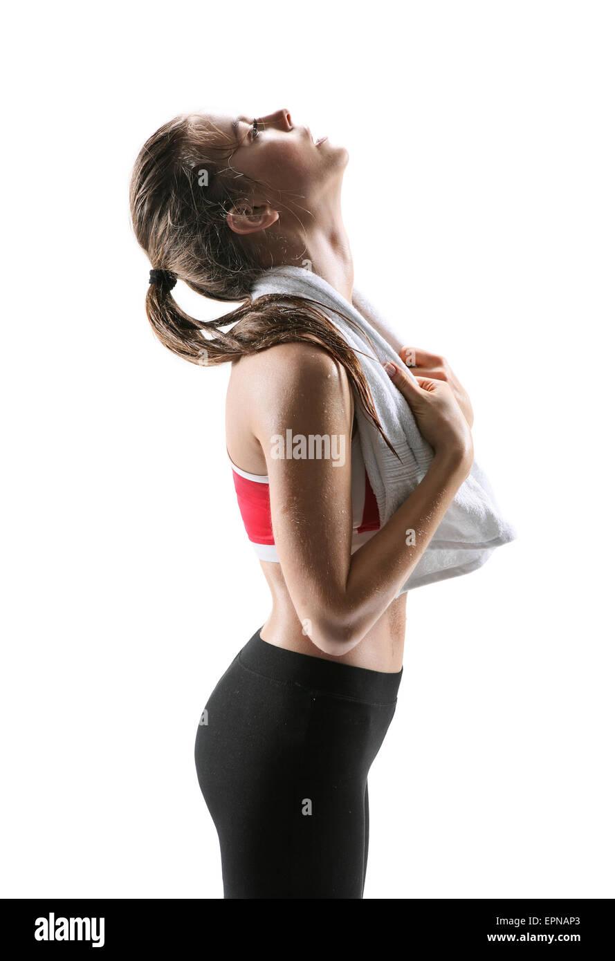 Femme Fitness transpiration. Beau sport girl avec serviette fatigué, épuisé et en sueur après Photo Stock