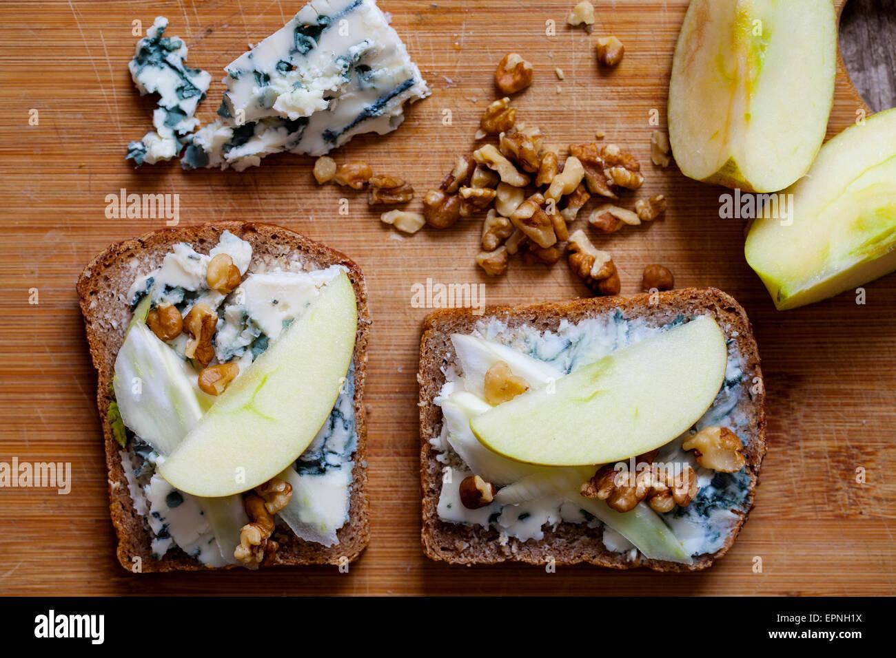 Le pain de seigle avec du fromage bleu, noix et pomme Photo Stock