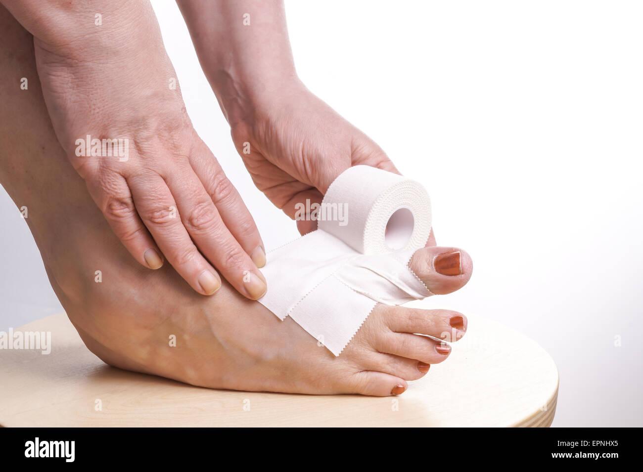6cc61539c9d Matériel roulant mains auto-adhésif thérapeutique sur un pied avec une  blessure sportive