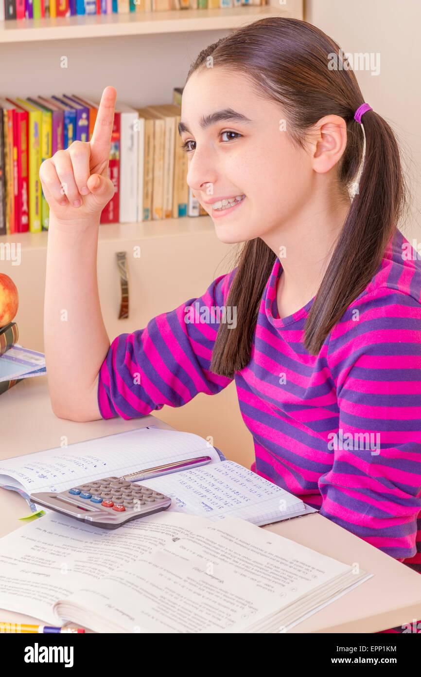 Penser et faire ses devoirs d'écolière Photo Stock