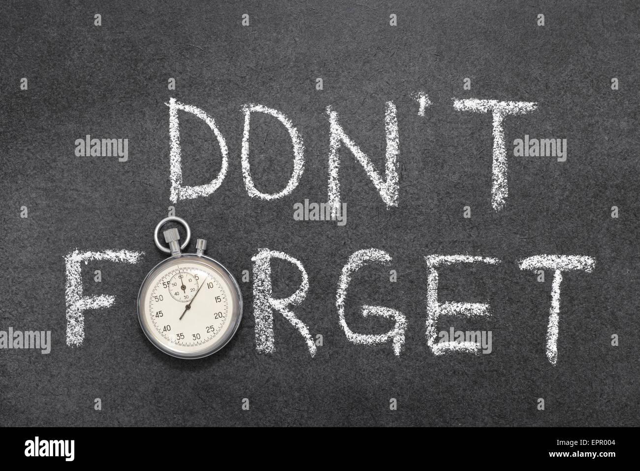 N'oubliez pas de phrase à la main sur tableau avec vintage chronomètre précis utilisé au Photo Stock