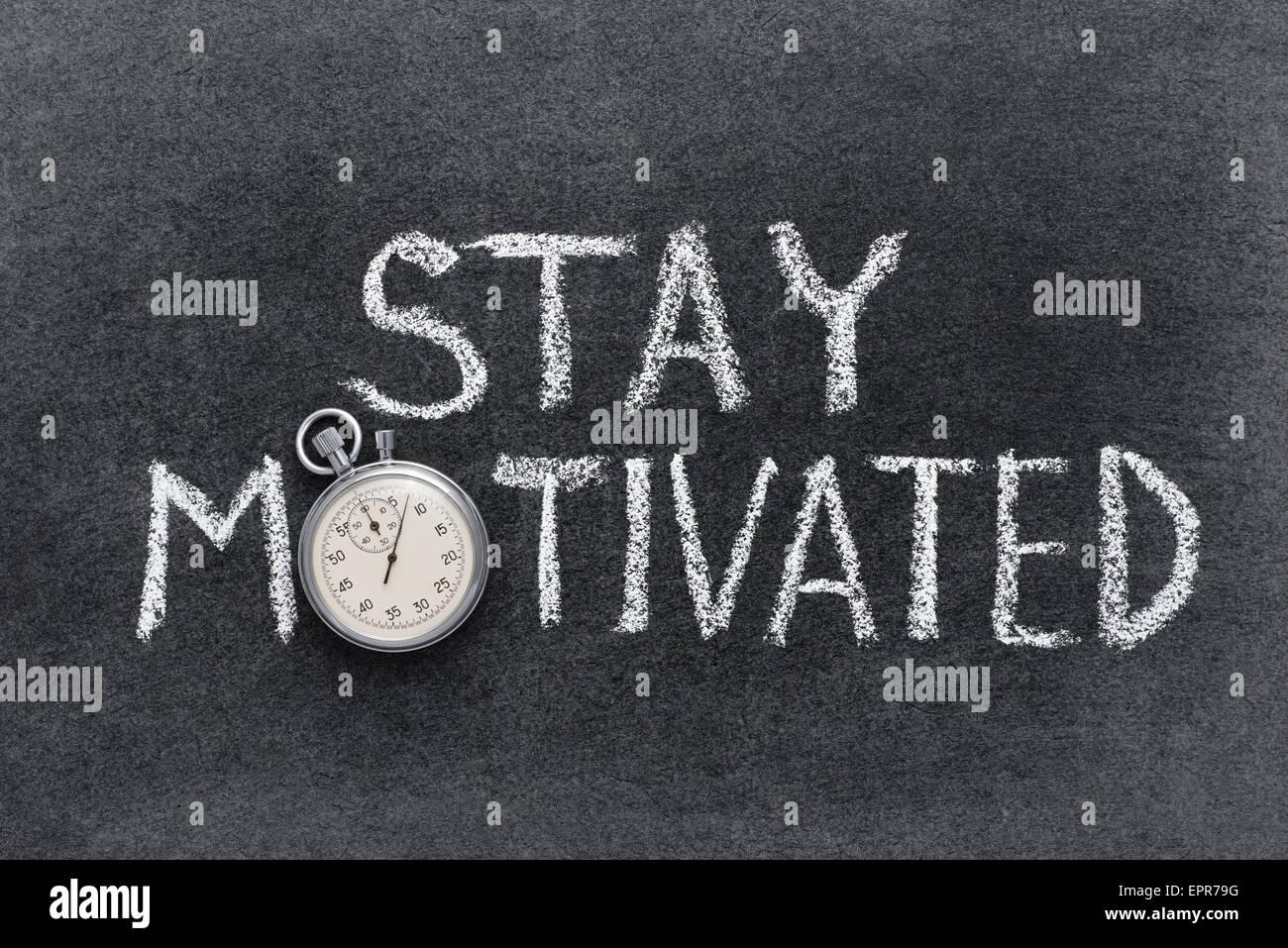Rester motivé de phrase à la main sur tableau avec vintage chronomètre précis utilisé au Photo Stock