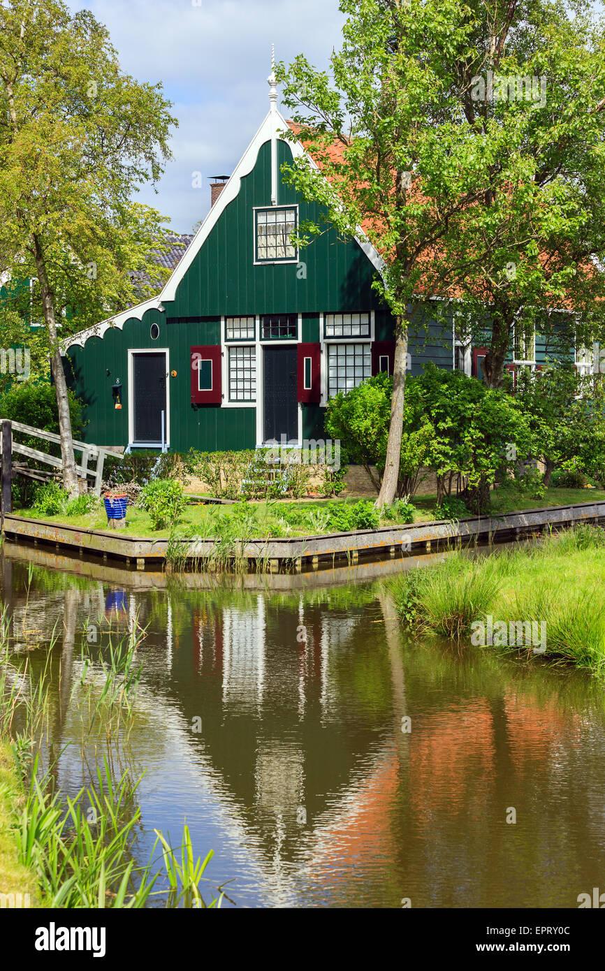 Au Zaanse Schans, Dutch windmills le long de la rivière Zaan, au nord d'Amsterdam, aux Pays-Bas. Banque D'Images