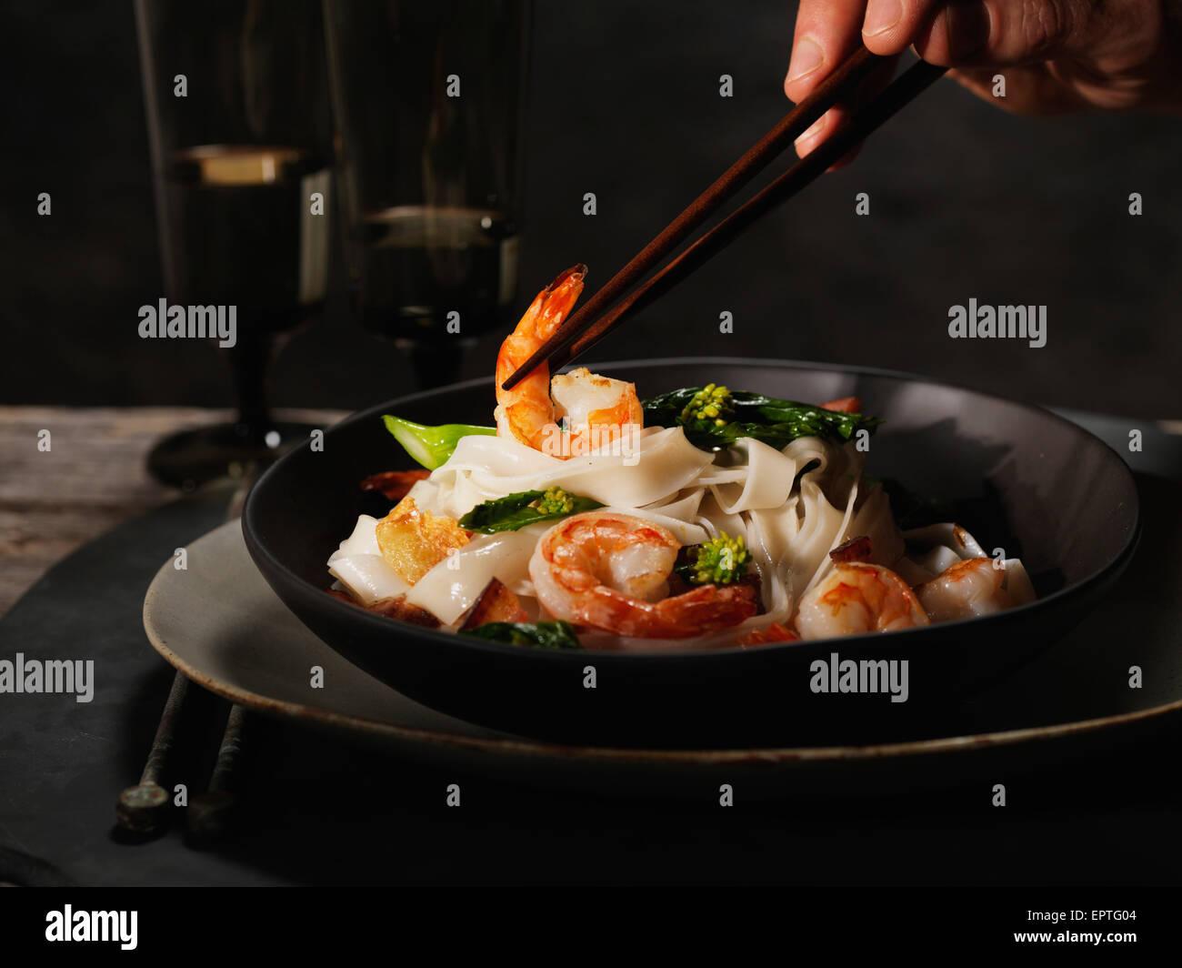 Nouilles aux crevettes Pâtes aux asperges et au bacon Banque D'Images
