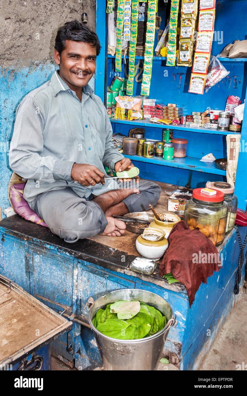 Inde Mumbai Dharavi asiatique 60 pieds Road homme taudis lotions vendeur du kiosque vente convenience store Photo Stock