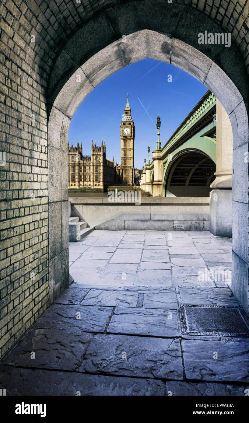 Vue de Big Ben à travers le tunnel pour piétons au coucher du soleil, Londres. Photo Stock