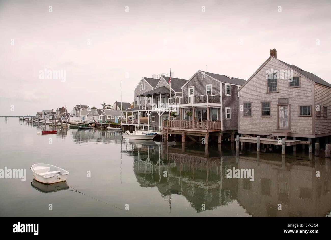 USA, Massachusetts, Nantucket, Vieux quai nord, des bateaux et des maisons sur pilotis Photo Stock