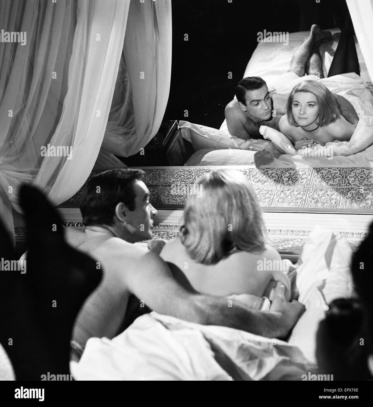 Sean Connery comme James Bond avec l'actrice Daniela Bianchi comme Tatiana Romanova dans la scène du film Photo Stock