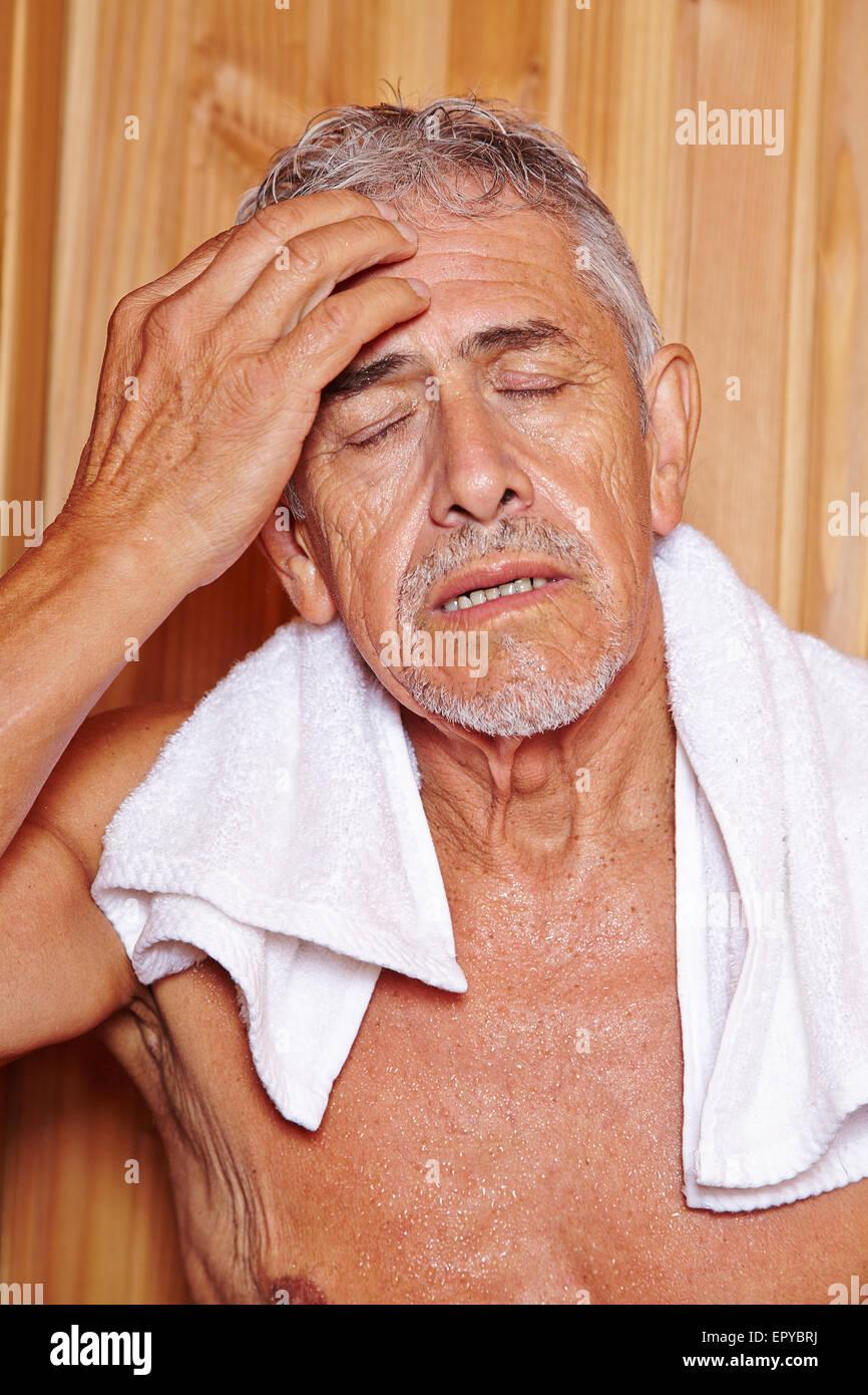 Hauts homme transpiration avec towl en hotel sauna dans ses vacances Photo Stock