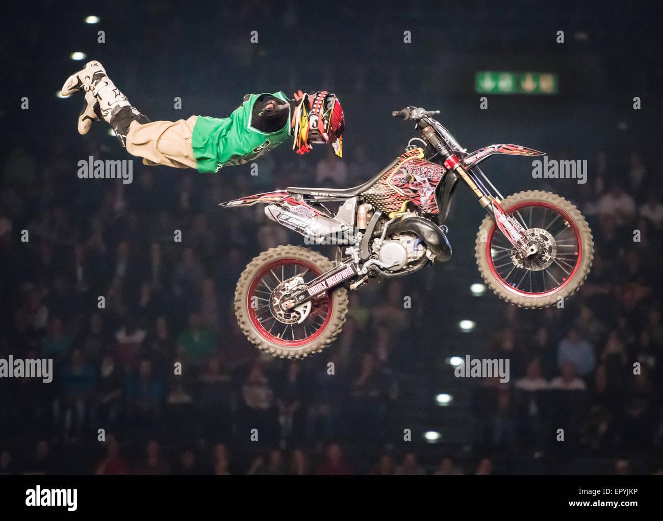 Zurich, Suisse. 22 mai, 2015. Haut spectaculaires sauts FMX à 'Masters de saleté' freestyle motocross Photo Stock