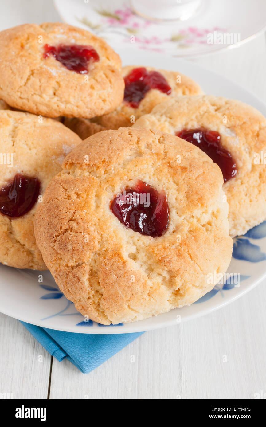 Gouttes de confiture Confiture ou coussins une ancienne l'heure du thé avec des biscuits un blob de confiture Photo Stock