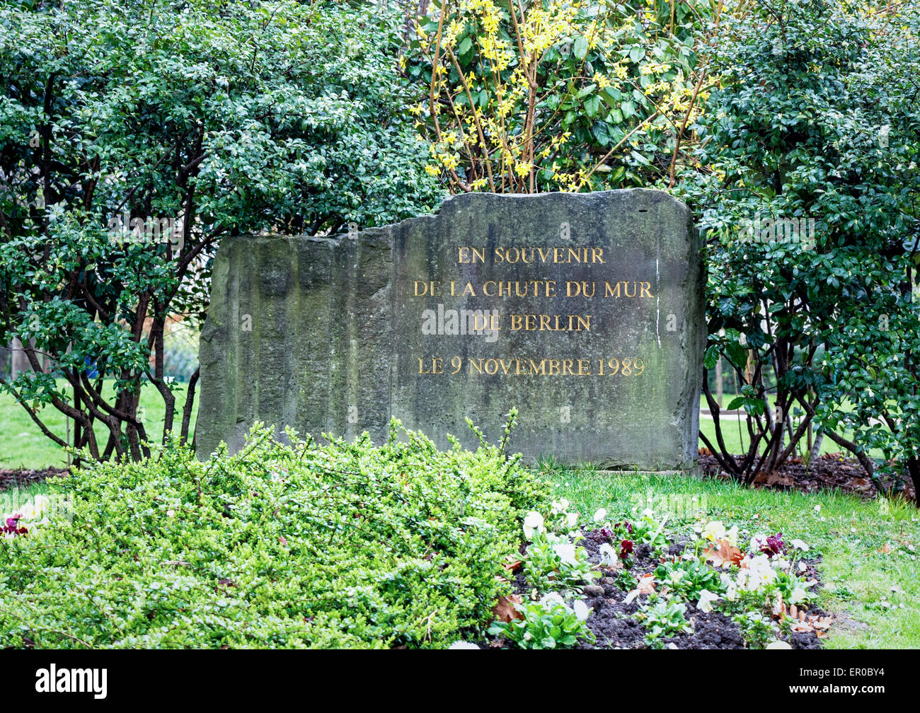Paris Monument - granit pierre se souvient de la chute du Mur de Berlin le 9 novembre 1989 Photo Stock
