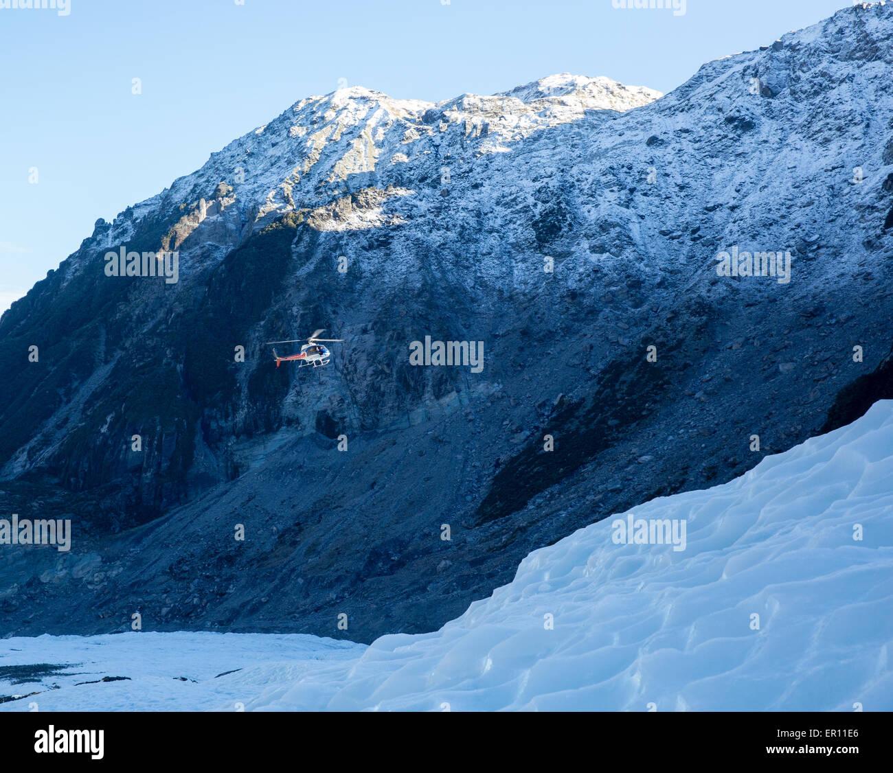 Fox Glacier hélicoptère survolant la partie inférieure de la glace à la terre les randonneurs Photo Stock