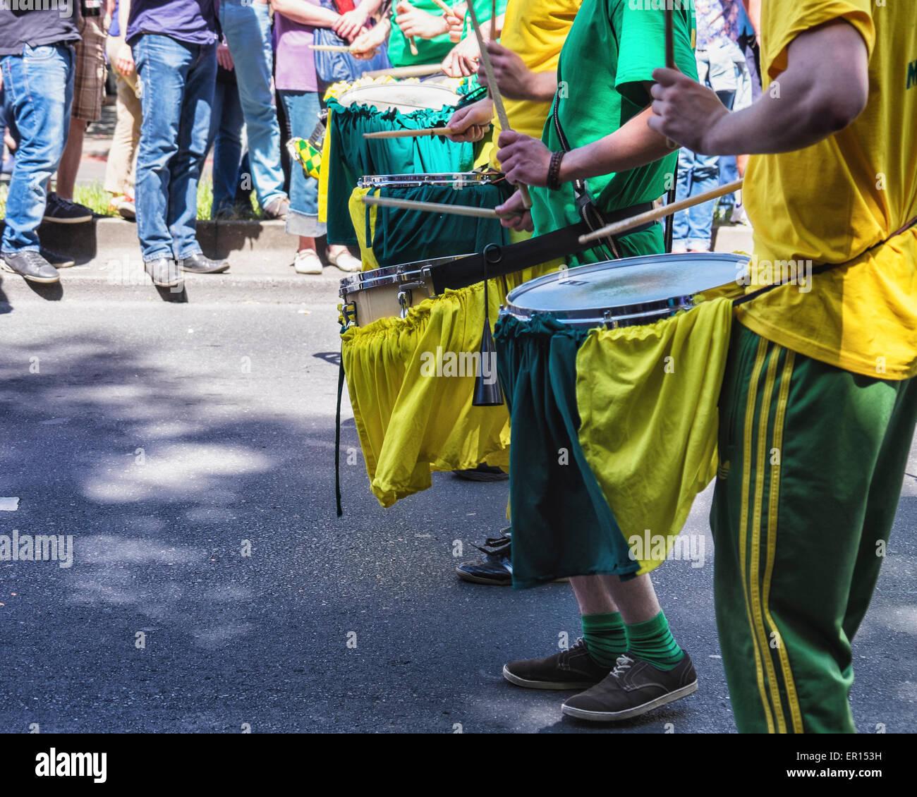 Kreuzberg, Berlin, Allemagne, le 24 mai 2015. Faire de la musique de tambour à la parade comme Berlin célèbre Photo Stock