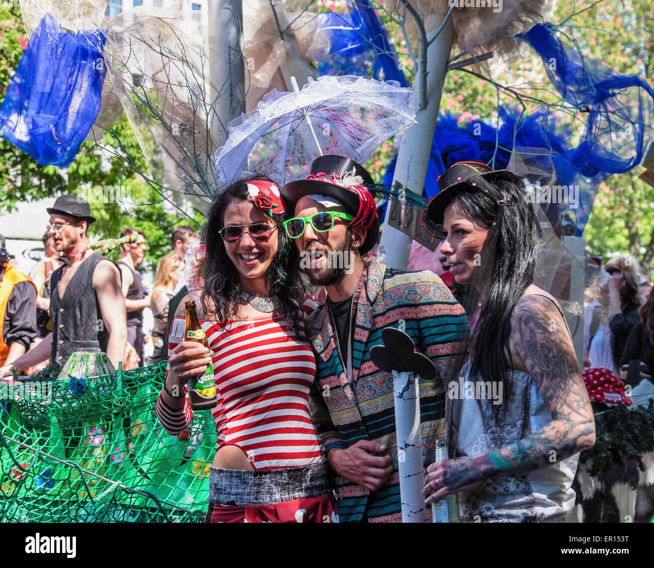 Kreuzberg, Berlin, Allemagne, le 24 mai 2015. Artistes dans le défilé de poser pour la foule que Berlin Photo Stock