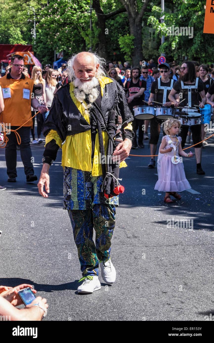 Kreuzberg, Berlin, Allemagne, le 24 mai 2015. Vieil homme barbu en tenue colorée Berlin célèbre sa Photo Stock