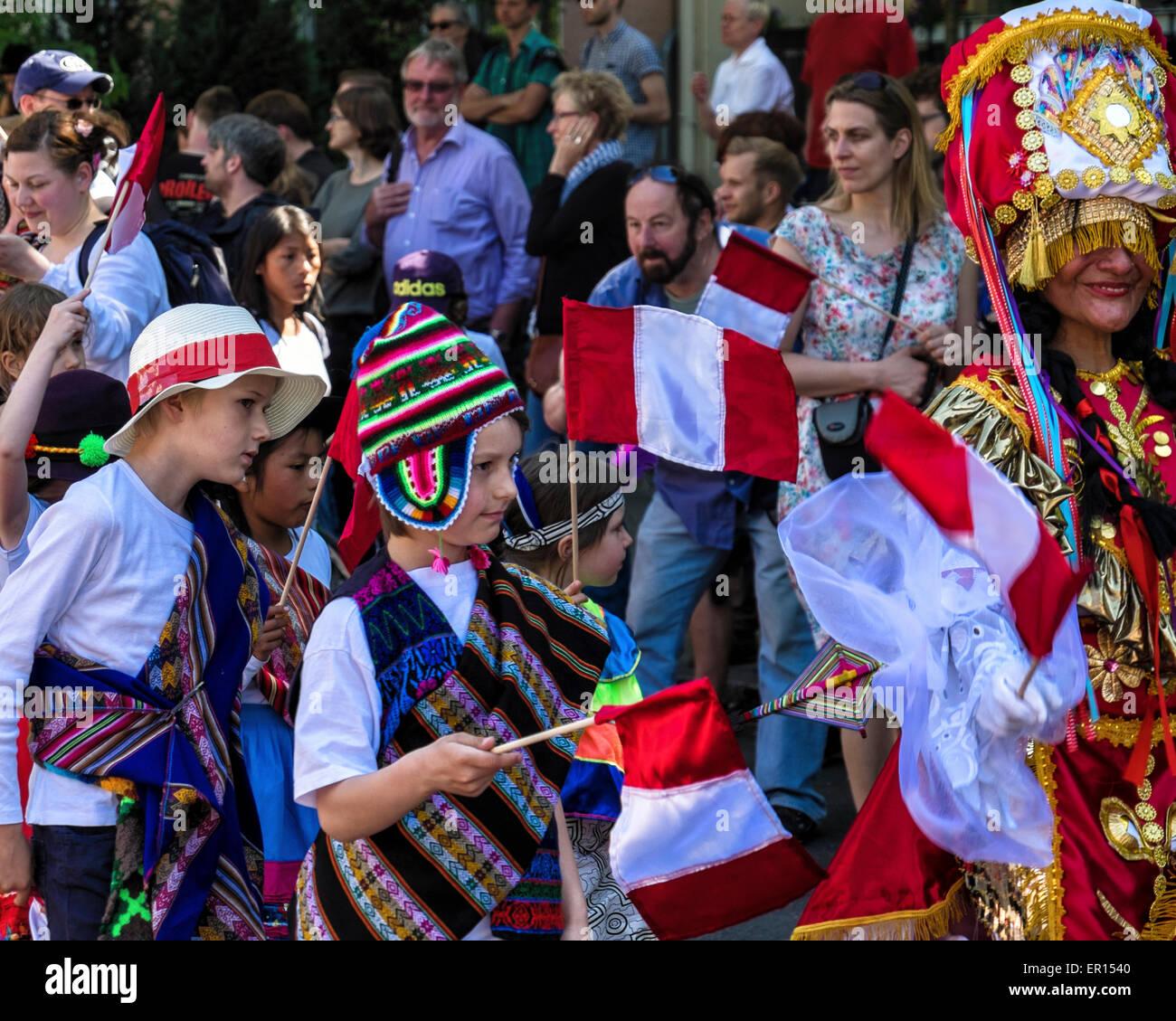 Kreuzberg, Berlin, Allemagne, le 24 mai 2015. Les personnes de tous âges effectuer dans le défilé Photo Stock