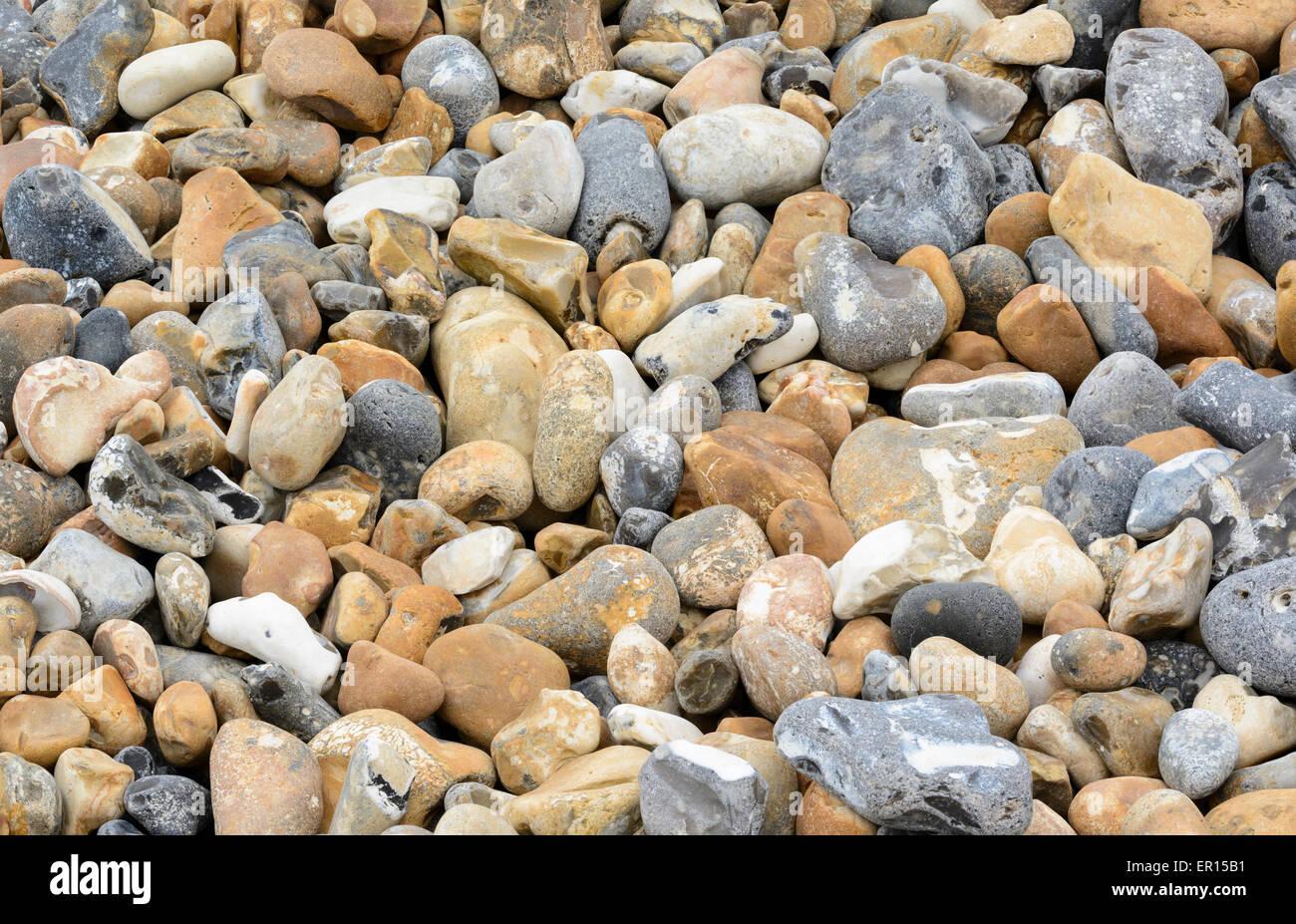 Pierres et cailloux sur une plage de galets. Photo Stock